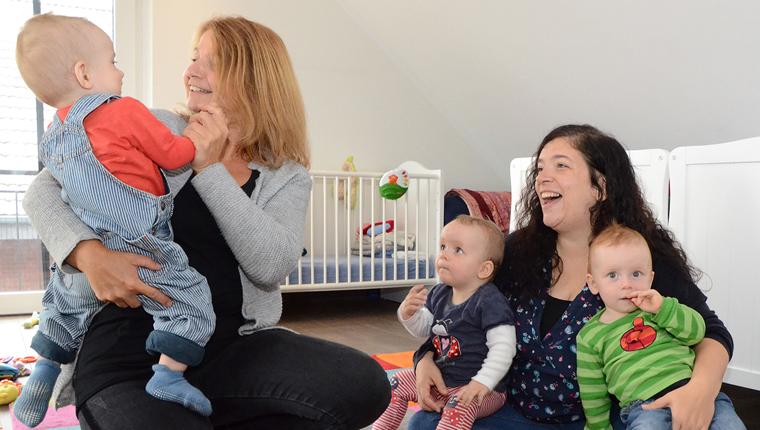 Bildungsreferentin Veronika Büscher mit einer Mutter und drei Kleinkindern