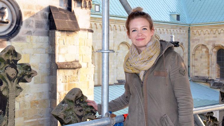 Bauingenieurin Sabrina Friedrich inspiziert die Bauarbeiten am St.-Paulus-Dom