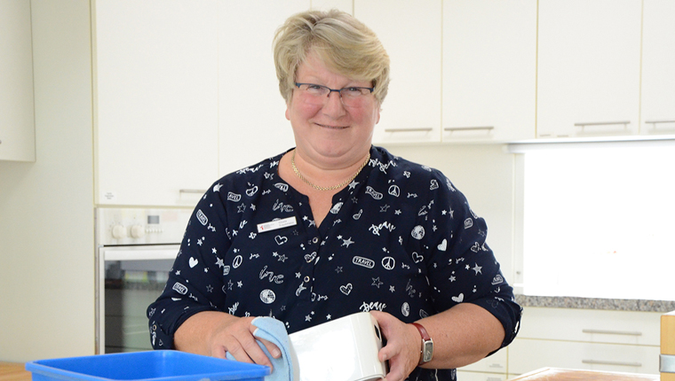 Hauspflegerin Gisela Trautmann reinigt ein Küchengerät